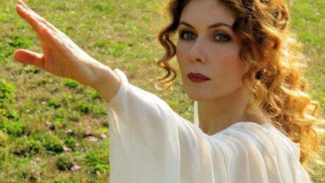 Eleonora Brigliadori aggredisce Nadia Toffa de Le Iene: l'attrice cura il cancro con riti magici